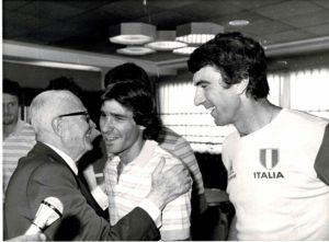 Pertini si congratula con Conti e Zof.