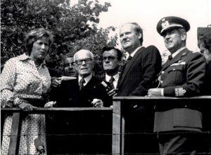 Berlino. Sandro Pertini sosta davanti al muro che divideva la città.