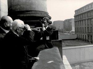 Sandro Pertini sosta davanti al muro che divideva la città.