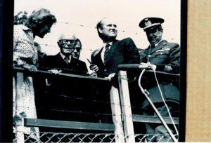Pertini in visita al muro di Berlino.