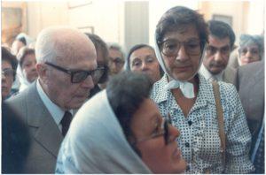 """18. Buenos Aires. Pertini incontra le """"madri di Plaza de Mayo"""" («Buenos Aires Herald», 11 marzo 1985)."""