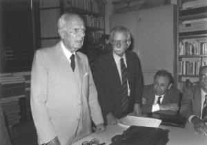 """Sandro Pertini alla presidenza della Fondazione di studi storici """"Filippo Turati"""", con Giorgio Spini e Gaetano Arfé (1985)."""